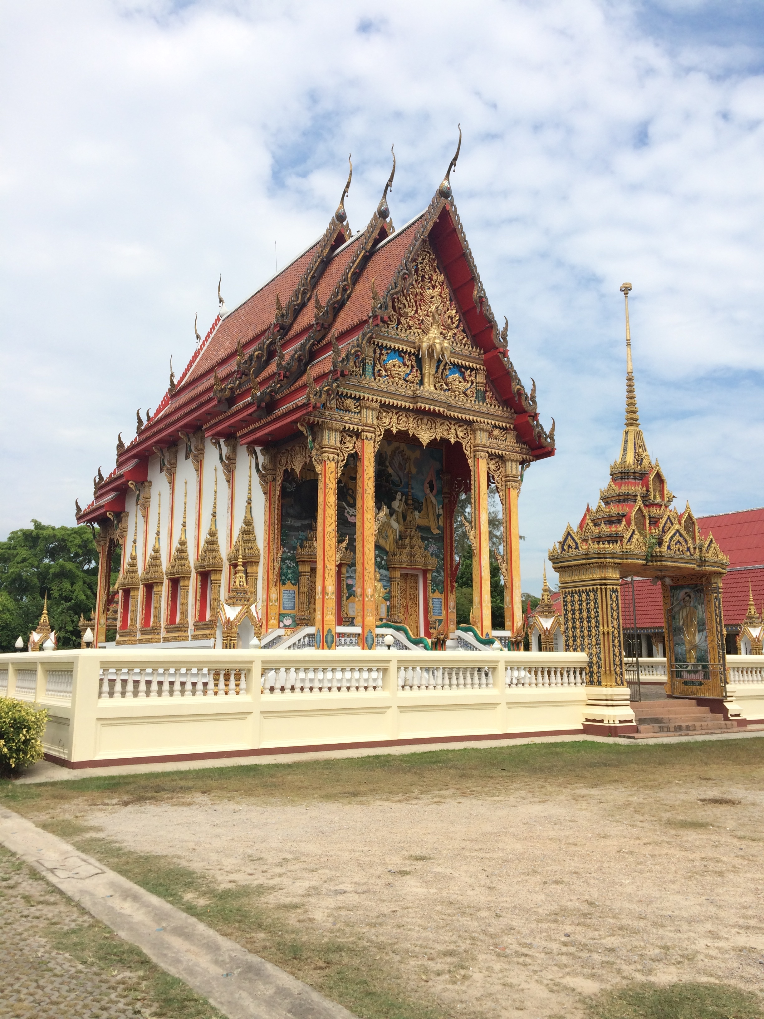On our first day of class we went to this beautiful Thai Temple.