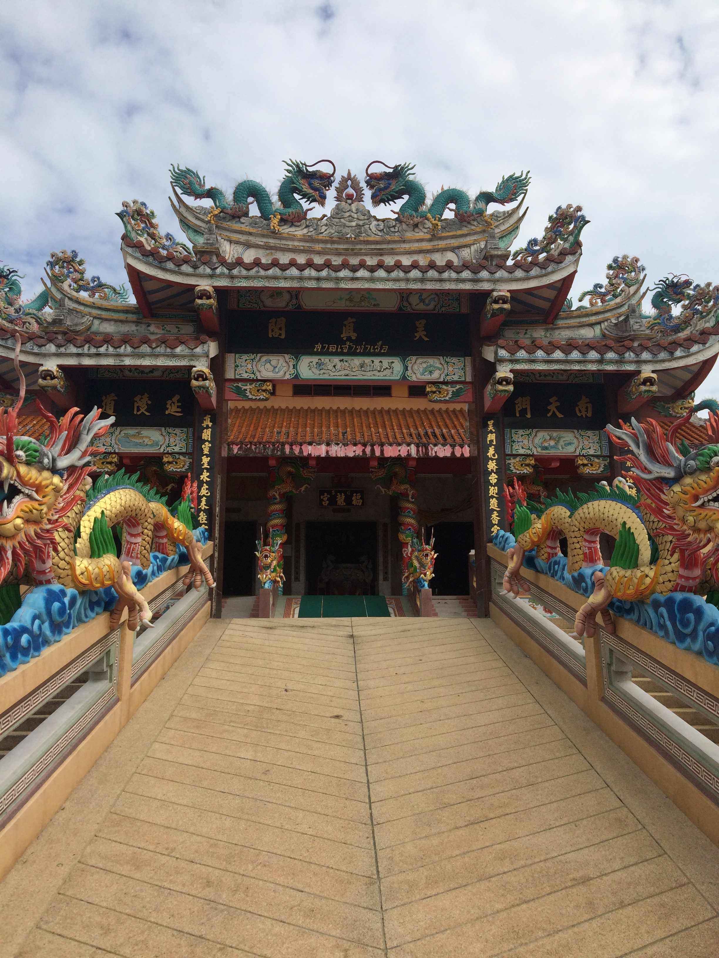 After visiting the Thai temple we went to this Chinese temple. So many more dragons!